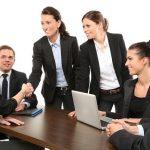 kuvassa näkyy toimistopukeutuminen miehillä ja naisilla.
