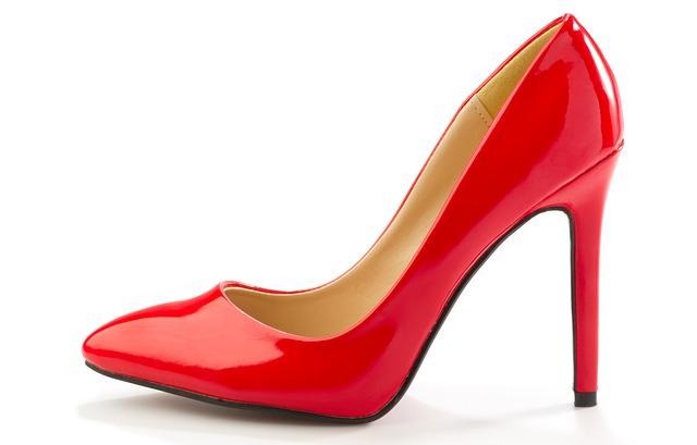 kevät kengät 2020: piunainen korkokenkä on muotia.