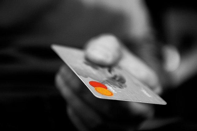 luottokortti. jolla maksaa ostokset, joita vaatekaupat netissä tarjoavat